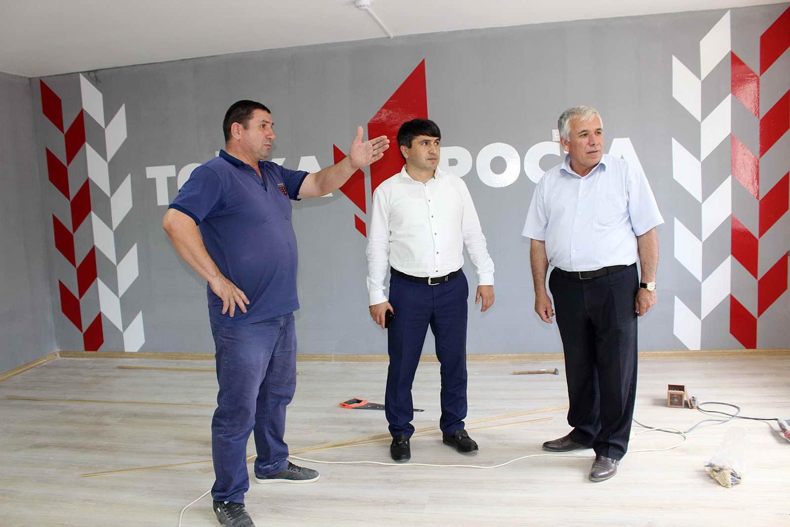 Глава района Магомед Курбанов проверил готовность Центров образования цифрового и гуманитарного профилей «Точка роста» в школах района